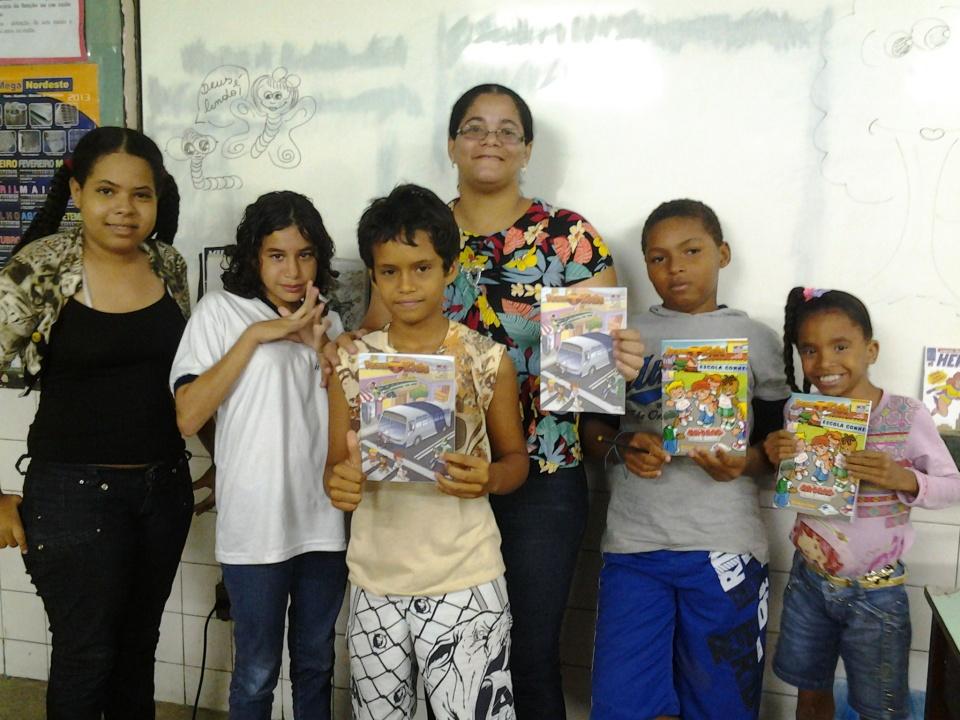 Com algumas das crianças da Escola Municipal General San Martin